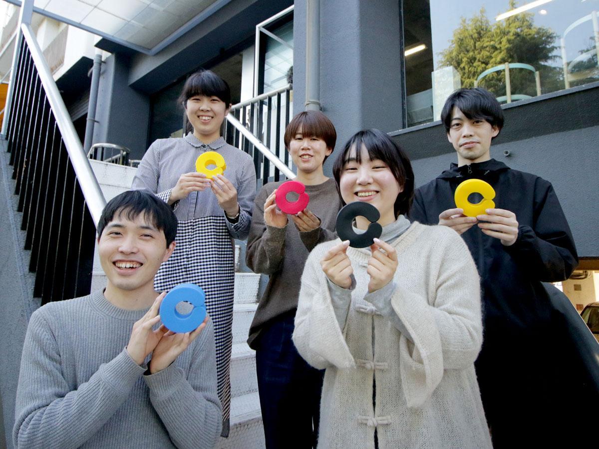 シファカのデザインチームの浅田恵里奈さん、長瀬香奈実さん、安藤成利さん、長友真昭さん、有松歩美さん(左上から)