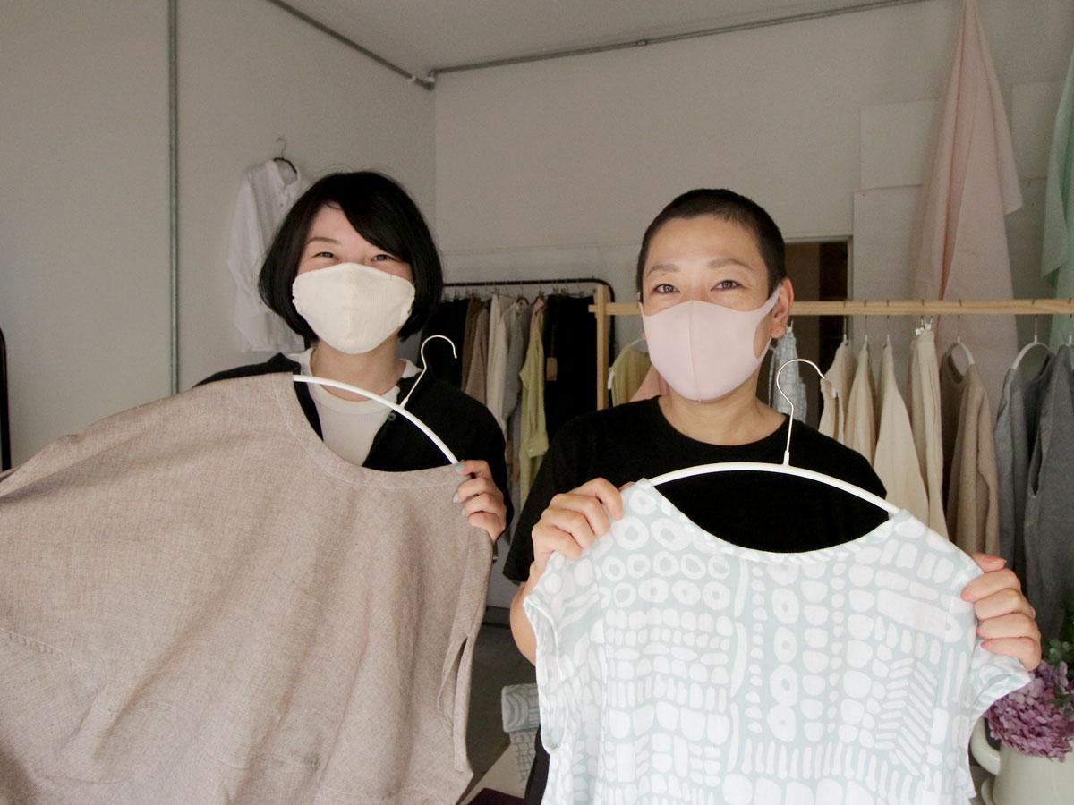 ブランド「ツムギ」の平川めぐみさんと「民ノ布」を運営するアパレルプランナーの岩崎恵子さん(右から)