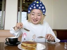 岡山の「2D仏像顔出し看板」作家がホットケーキ食べて釈迦の誕生日祝う