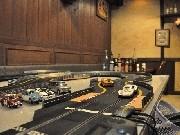 岡崎のバーに「スロットカー」コース-専門店とコラボ、大人の遊び場に