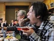 岡崎・宮崎神社で「明見のお当」-住民そろって煮大根にかぶりつく