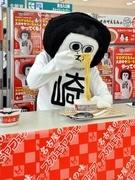 「オカザえもん」、観客の前でラーメン食す-ご当地ラーメン全国発売で
