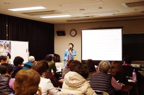 48人が集まり、今井さんの話に聞き入った