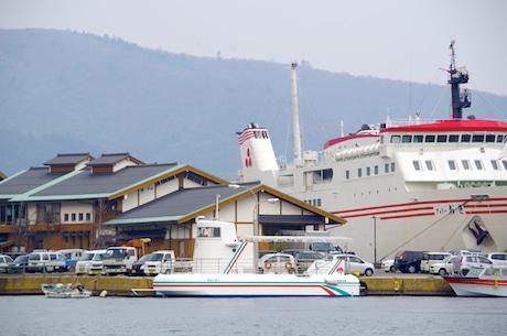 菱浦港(海士町福井)に停泊する観光船「あまんぼう」