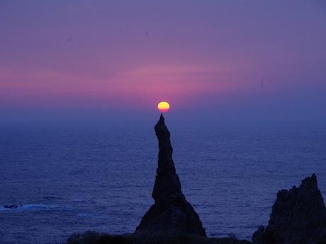観音岩に落ちる夕日