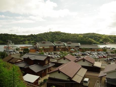 「キンニャモニャ祭」が行われる菱浦港(海士町)
