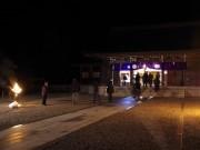 夜の隠岐神社、年明けとともに開門 海士町産の米使うポン菓子のふるまいも