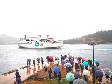 隠岐に別れの春 本土から「留学」の高校生、傘の波に見送られ離島