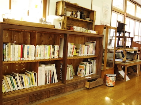 セルフカフェスペースに設けられた図書棚