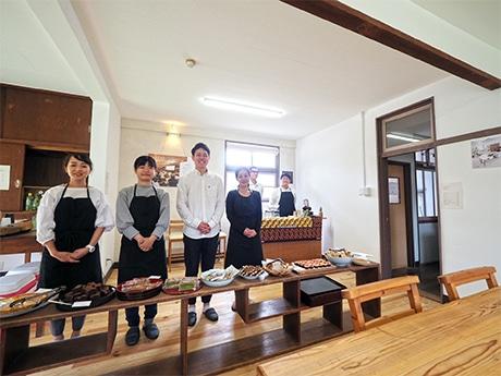 お披露目会を前に。co-ba amaの運営は、主に「あまマーレ」のスタッフ(写真前列右と右から2人目)が担当する