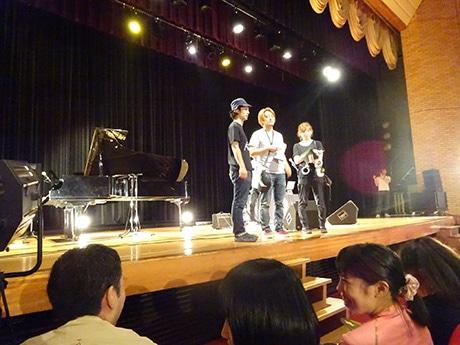 ライブシーンの撮影で監督の田中雄之さんら。隠岐島文化会館(隠岐の島町)で
