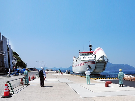 完成した新岸壁に試験接岸するフェリーおき。左手で新フェリーターミナルの建設が進む