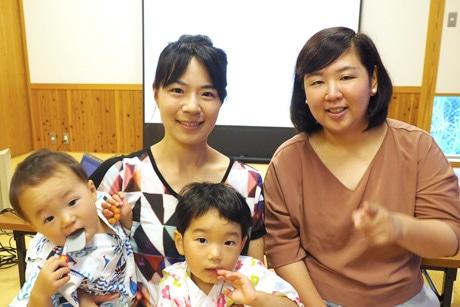 山中さん(写真右)と中川さん(同左)。中川さんの2子も。上映会場の一つ・隠岐開発総合センターで(7月9日)
