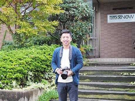 作品が「日本で最も美しい村」フォトコンテストで特選に入った崎野裕さん。勤務する出雲市のフォトスタジオで