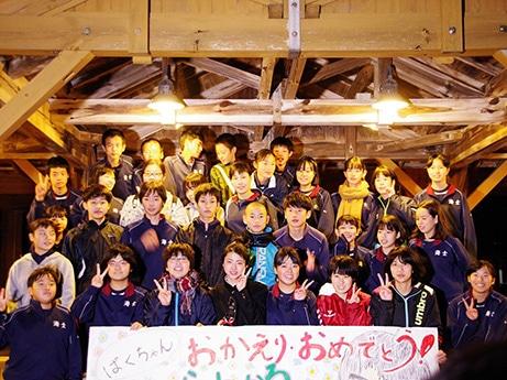 喜びの帰島を出迎えた同級生らと井手上漠さん(写真前列左から4人目)