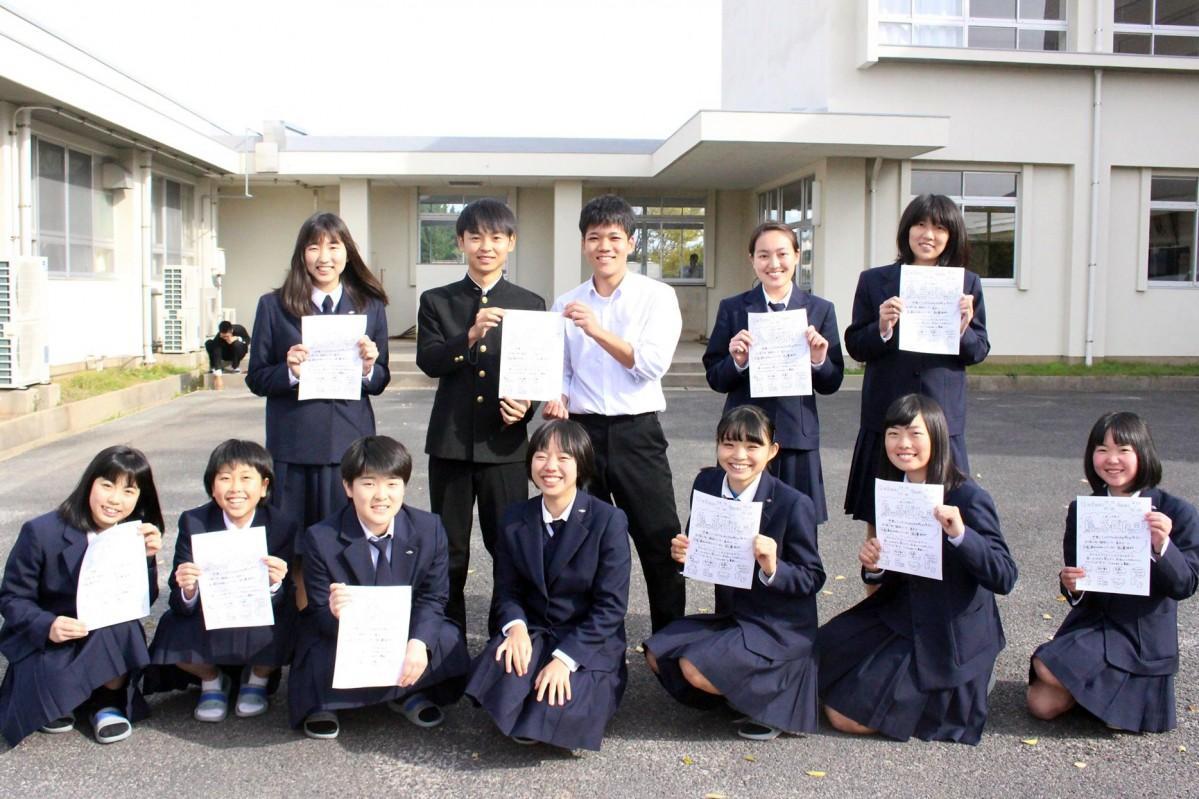 イベントを企画・運営する田部未空さん(写真前列中央)ら隠岐島前高校の生徒
