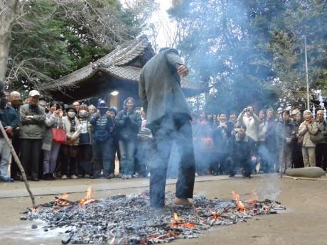 素足で火渡りを行う参拝者