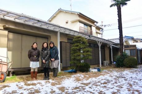 プロジェクトの泉さん、大場さん、佐藤さんと、舞台となる一軒家