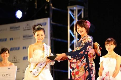 ミス埼大グランプリの多賀香織さん。昨年グランプリの加藤里佳子さんから祝福を受ける。