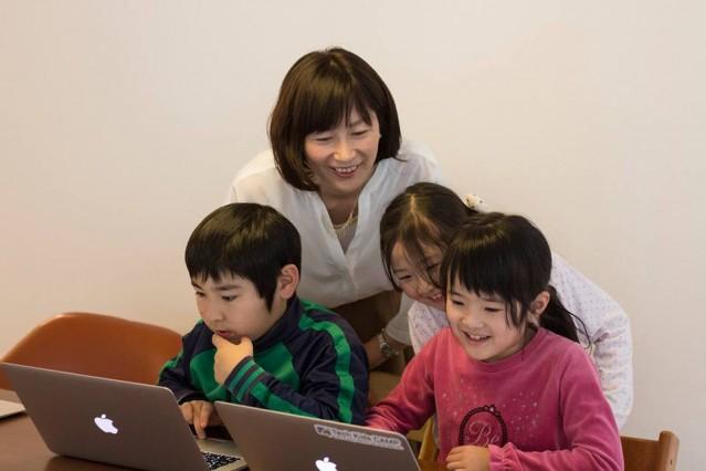 小学生のための自宅開講型プログラミング教室の様子