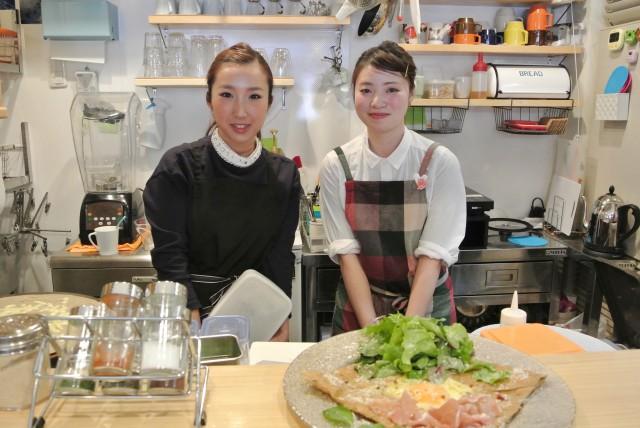 ガレットとクレープの「Cafe Cup」オーナー梶山美菜子さんと店長の西釜めぐみさん