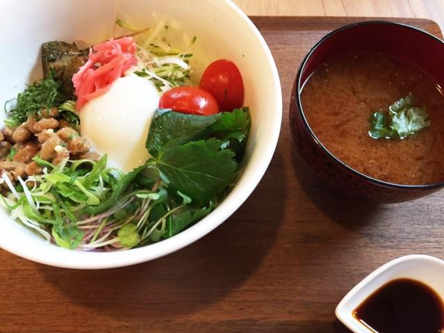薬草すうぷ屋HerbalMOMOの園藤祐子シェフによる「薬味丼とローズマリーみそ汁」