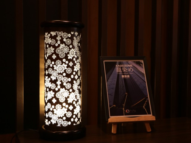 割烹旅館東山で展示販売中のほのかな明かりが幻想的な「籠染灯籠」