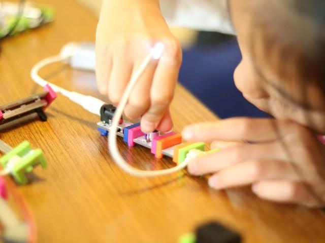 磁石で簡単に接続できる電子ブロックの「リトルビッツ」