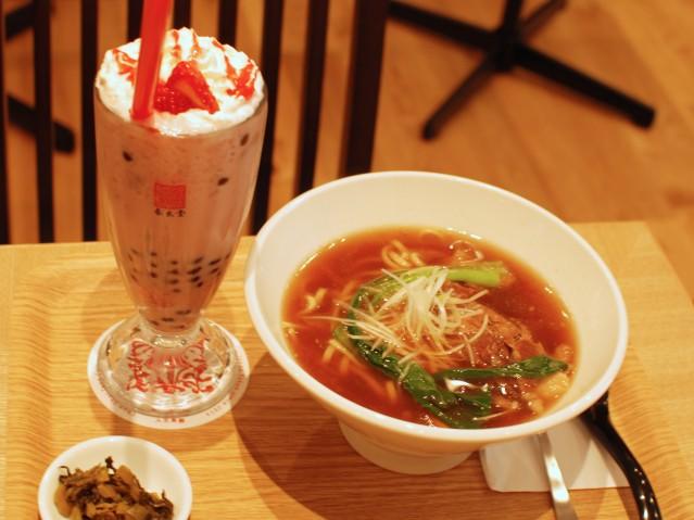 タピオカ苺(いちご)ミルクティーと牛肉麺
