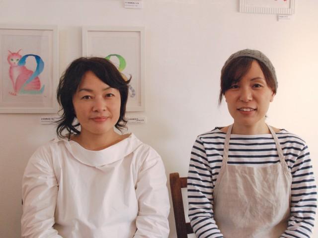 作品を描いたしまぶくろさん(左)、カフェ店主の中村さん(右)