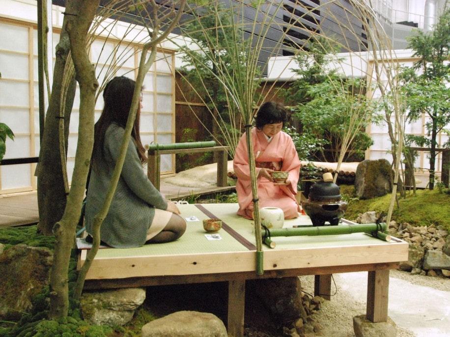 日本庭園「涼風庵」で茶席を楽しむ国内外からの来場者