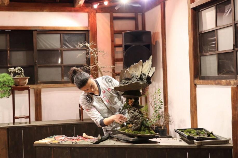盆栽パフォーマンスを行う成勝園の平尾成志さん