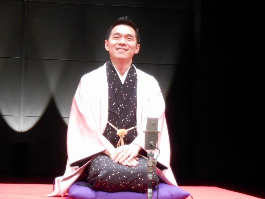 さいたま新都心の彩の国さいたま芸術劇場で埼玉落語を披露する柳家花緑さん