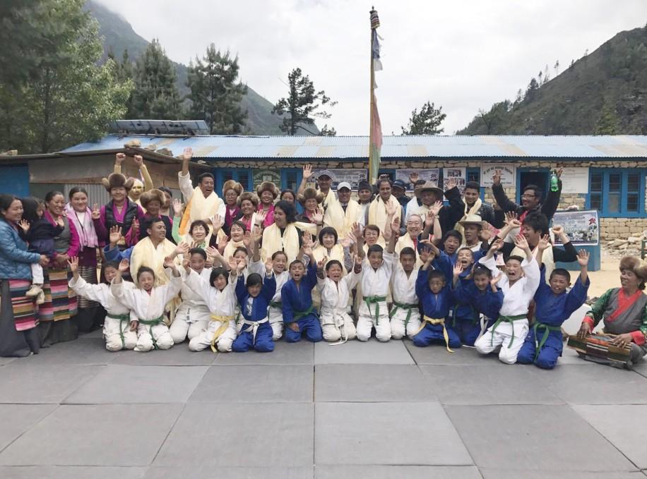 ネパールのモンジョ村に開設した柔道道場