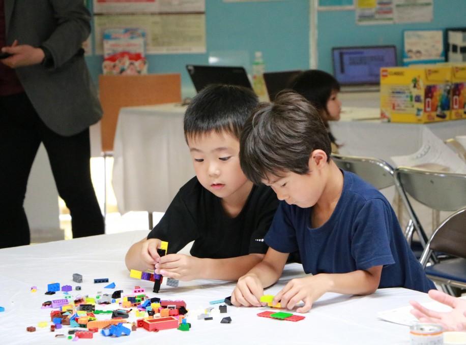 ブロックでテーマの作品を考えて作る子どもたち
