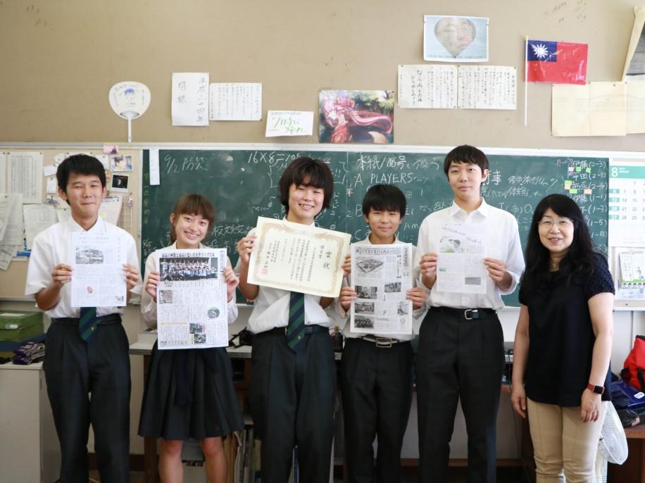 大宮西高校新聞部のメンバーと顧問の今井先生