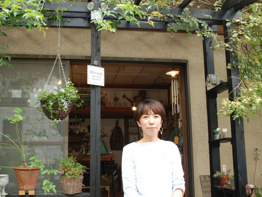 店主の堀内さん 丹精した庭に作家を迎え、来場者との交流の場を作っている