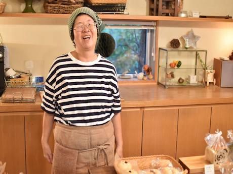 手作りのベーグルをつくる店主の角井良さん