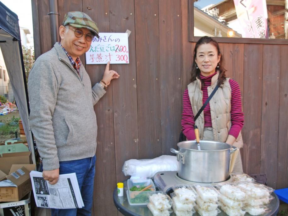 てらこや新都心運営メンバーの長谷川さん・代表の大場さんは芋煮汁を販売
