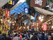 大宮の氷川神社で十日市 参道1キロ以上に熊手などの露店ひしめく