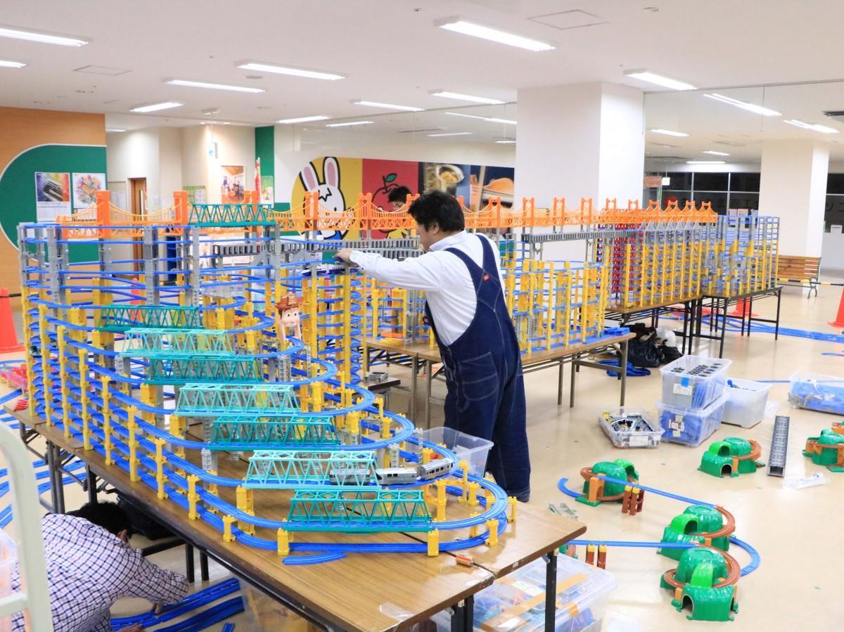 8割方が完成した電車おもちゃの巨大立体レイアウト