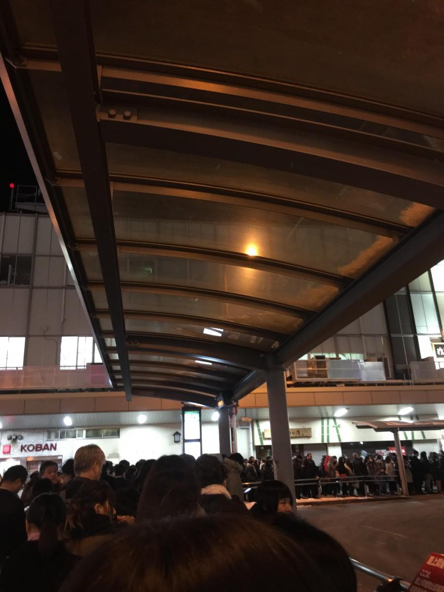 人であふれる深夜の大宮駅東口のバス・タクシー乗り場