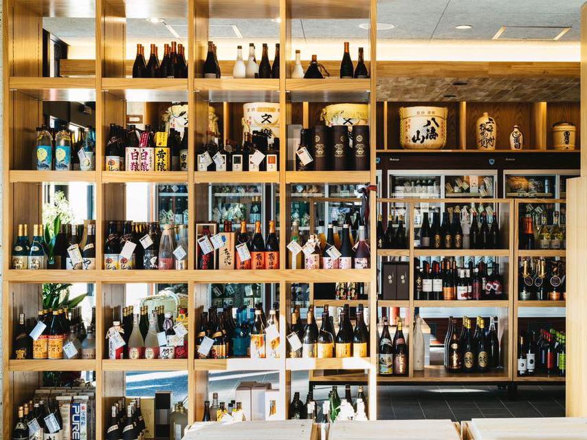 常時100種類以上のお酒をそろえる