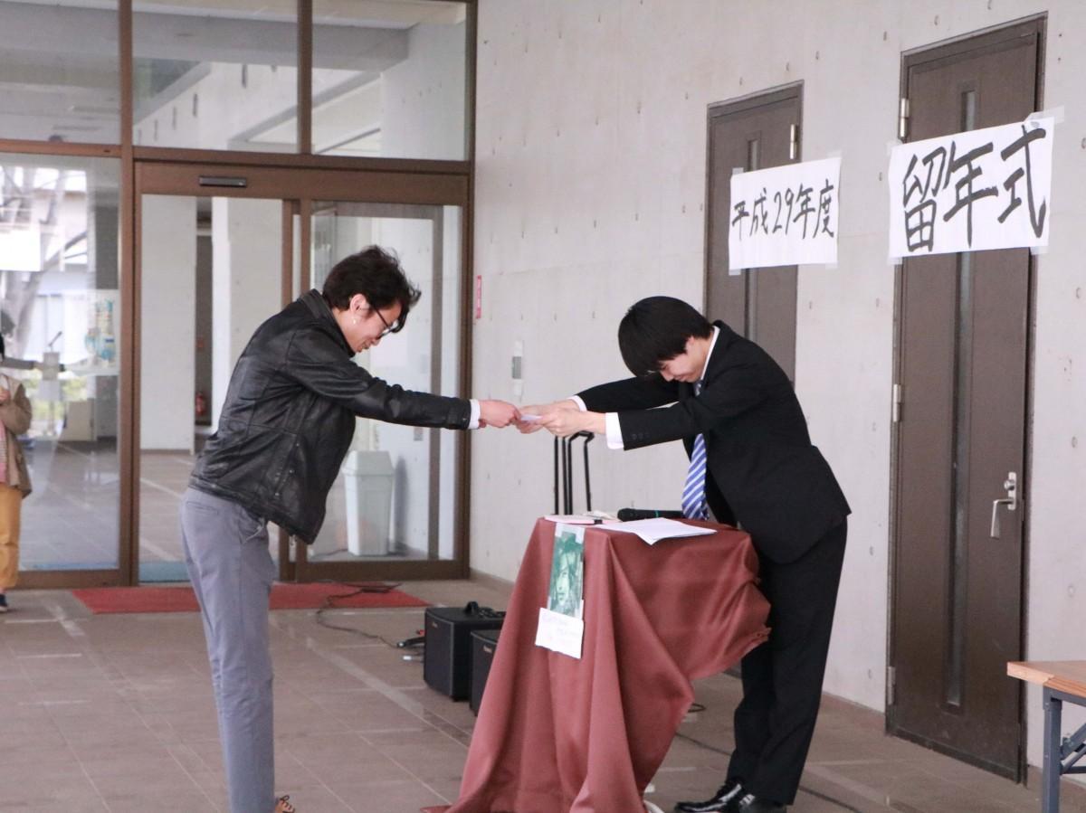 留年記授与式で留年記を受け取る嶋村さん