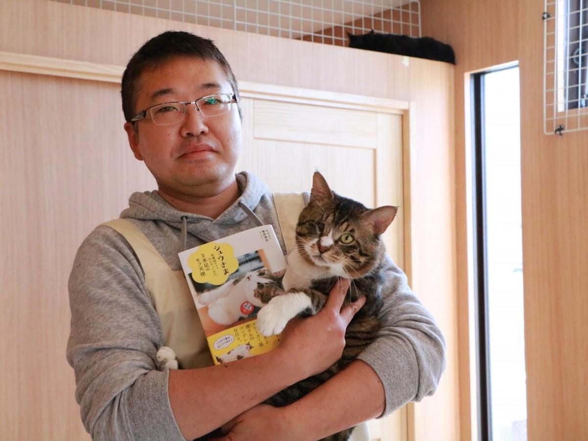 店主の梅田さんと猫スタッフの向日葵サブローくん
