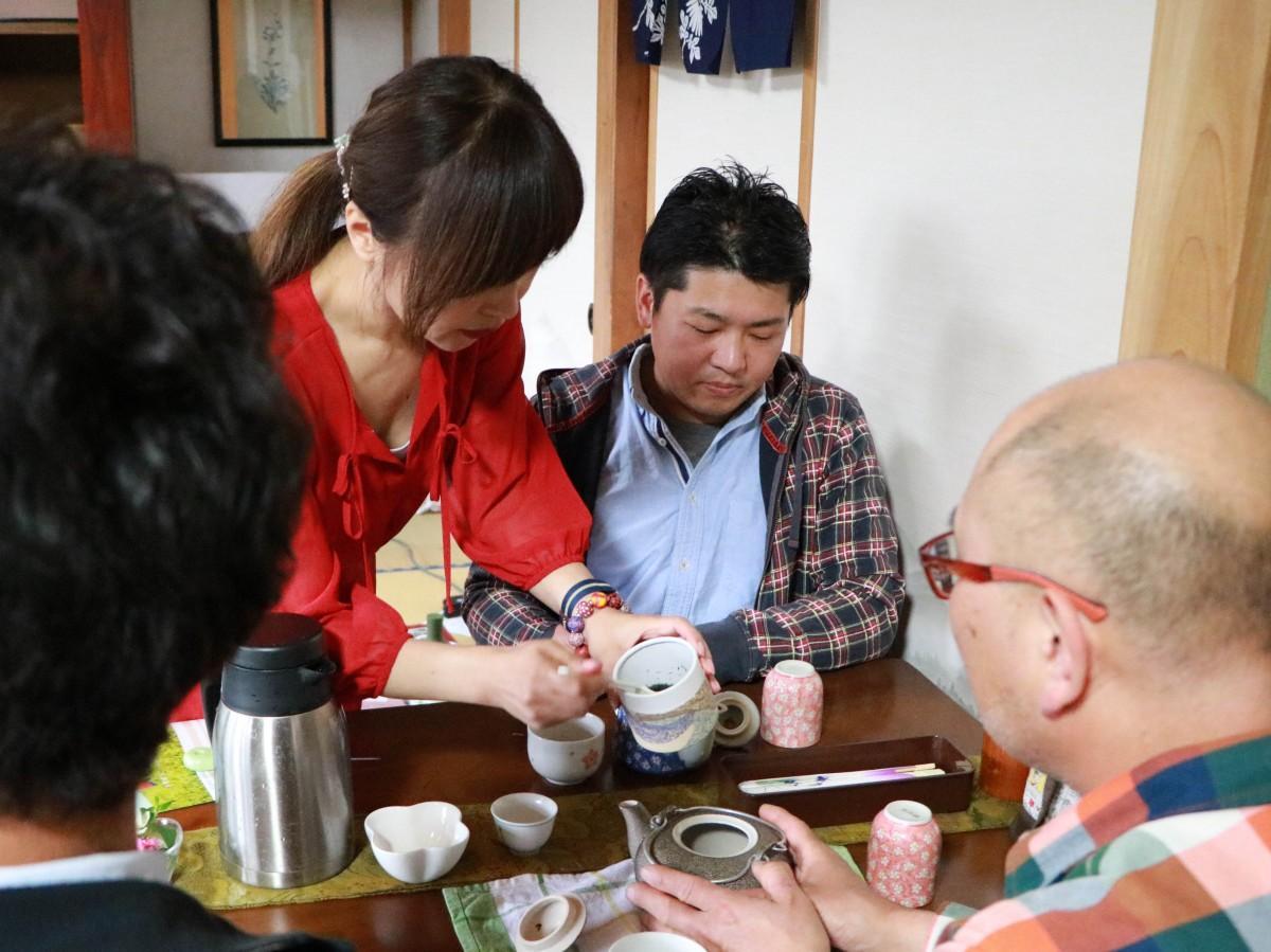 お茶のレクチャーをするシンガー・ソングライターの石野ゆう子さん