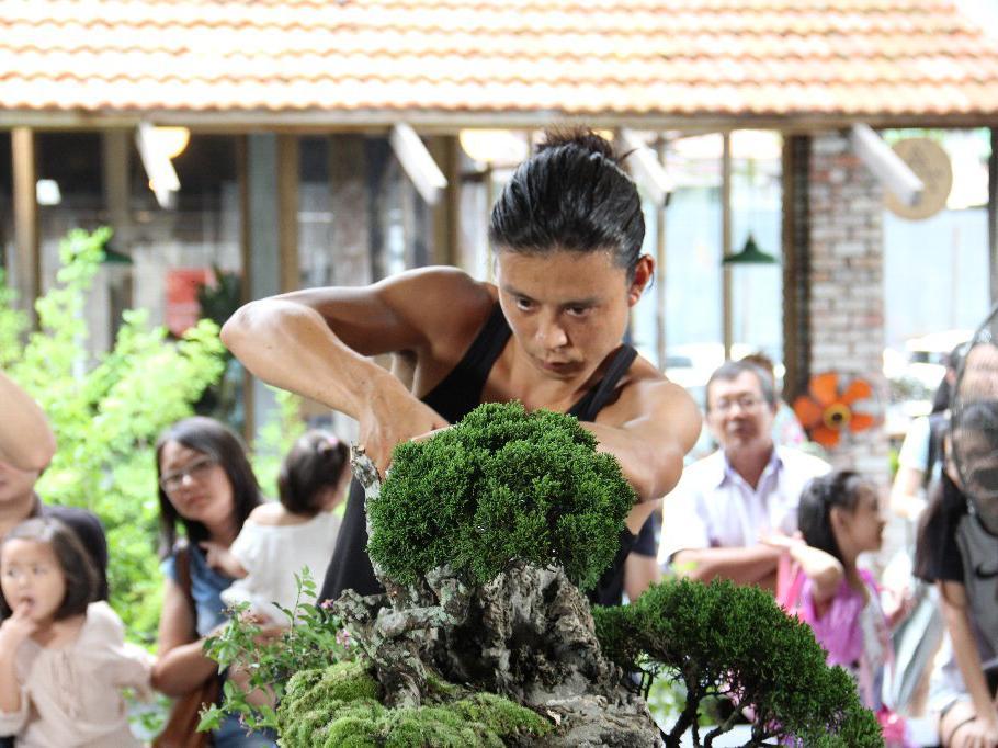 若手盆栽師の平尾成志さんによる「盆栽パフォーマンス」