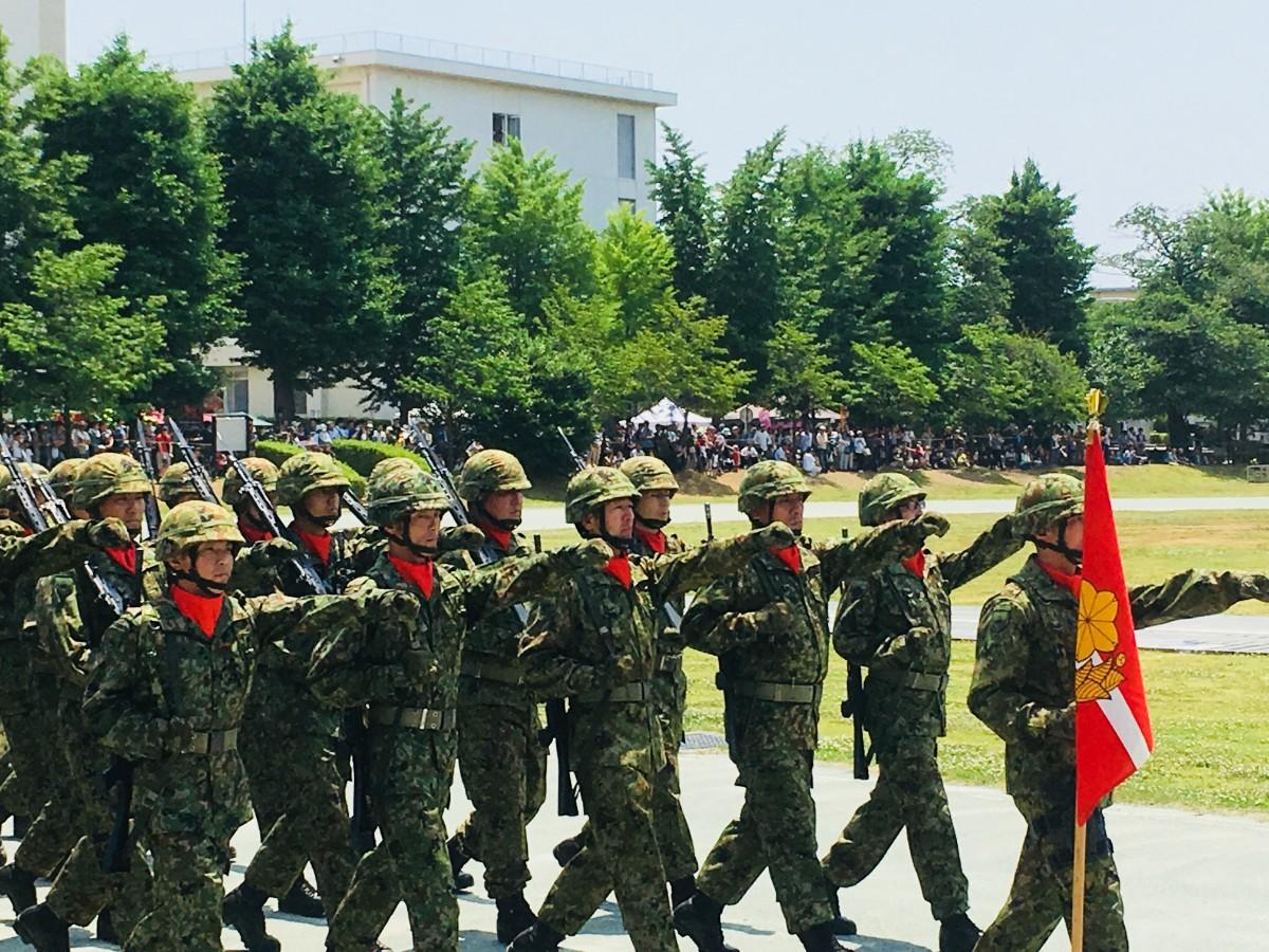 統制の取れた行進を披露する自衛隊員