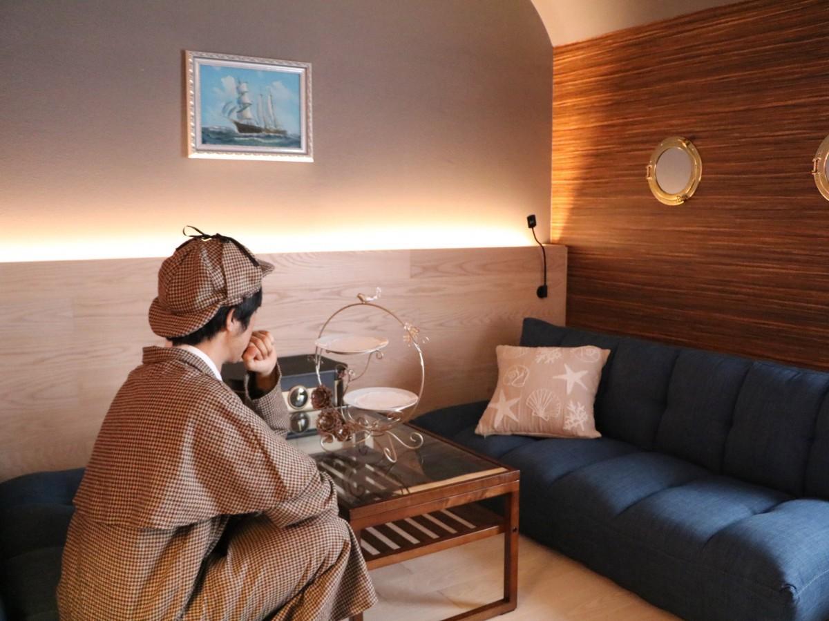 探偵衣装を身にまとい、豪華客船風の客室で推理を楽しめる