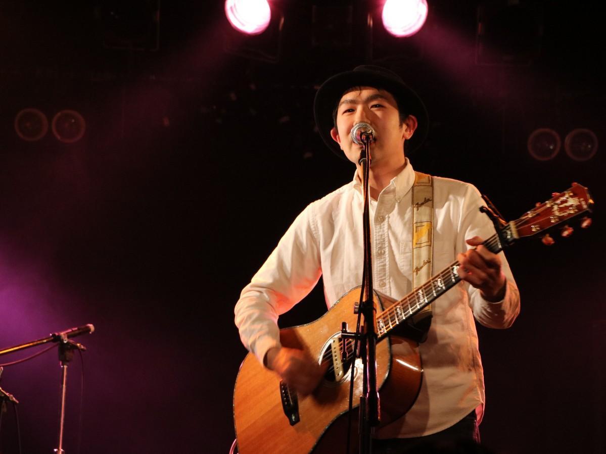 ライブで演奏する斉藤さん